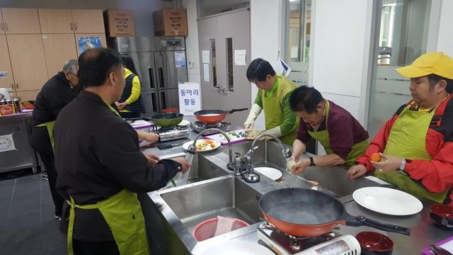 동아리활동(요리)음식을 만들기전 재료를 세척하고있다