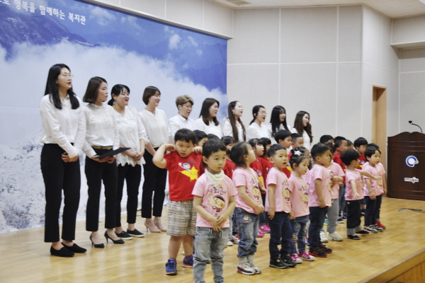 원광어린이집 어린이와 직원 합창