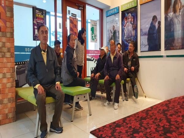 산골 영화관에서 쉬고 있는 참여자들
