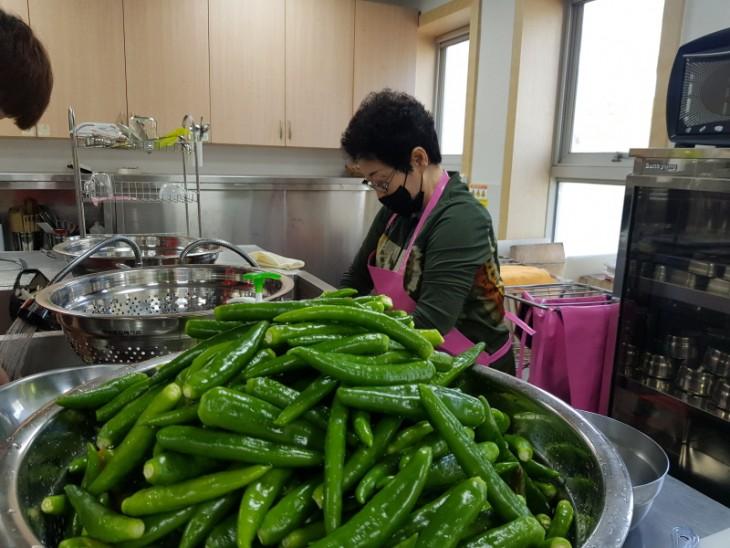 밑반찬/간식서비스 음식조리 시작 전 재료 손질하는 자원봉사자