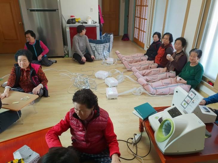 원청경로당에서는 서금요법,발마사지,혈관측정하는 모습