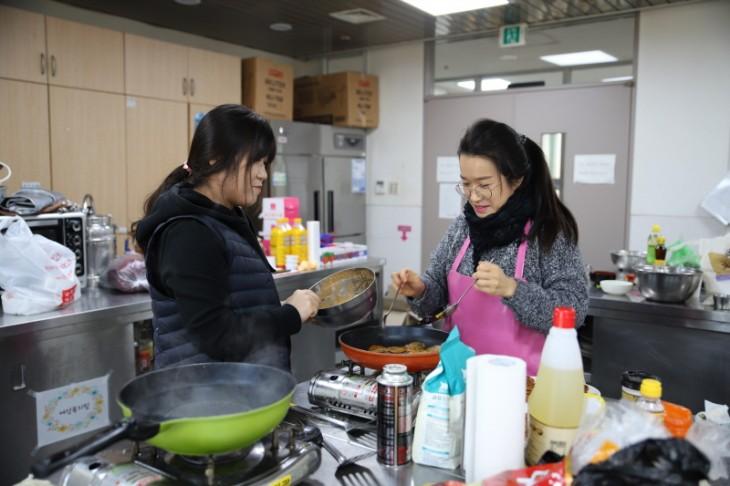 자원봉사자 1명, 직원 1명 생신상 음식조리