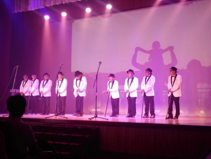 참여자 중 2명 반디중창단 공연