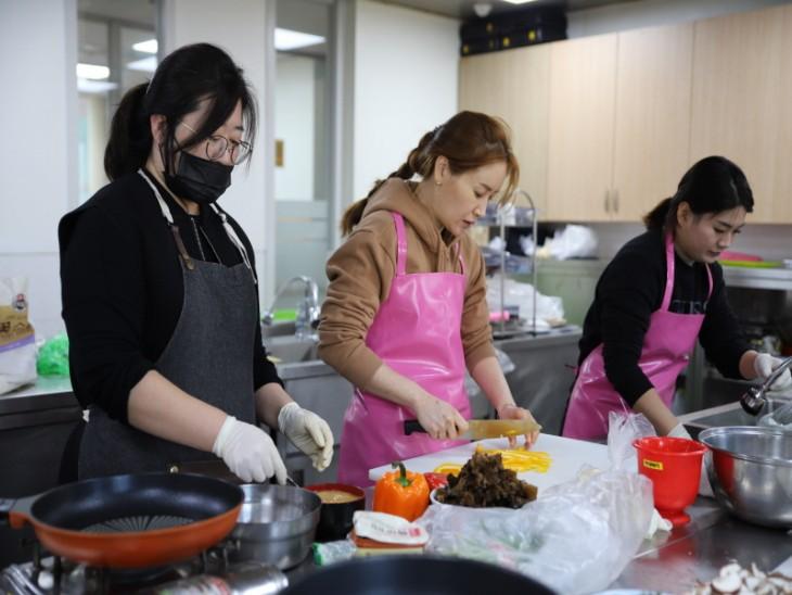 자원봉사자 2명과 직원 1명의 생신상 음식 조리
